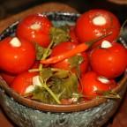 Консервированные помидоры в глиняной миске