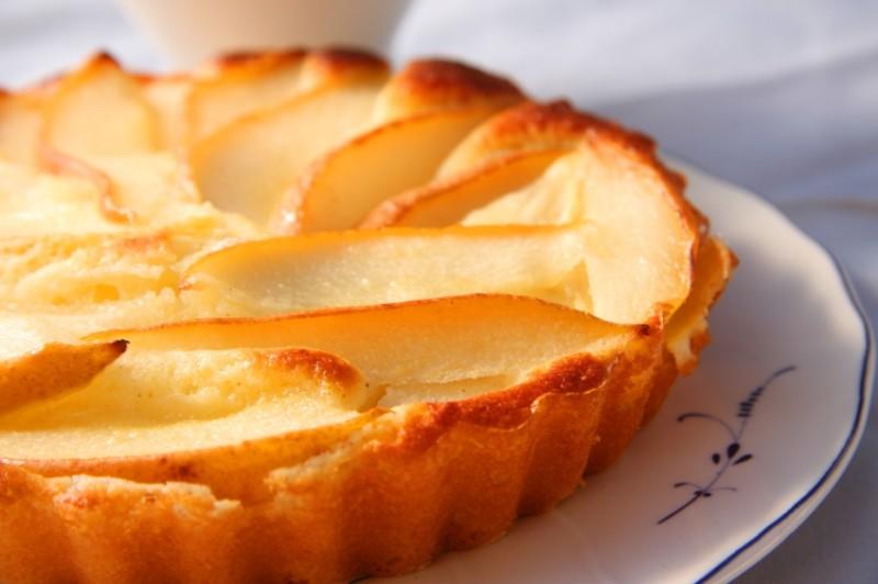 Золотистое пирожное с дольками груш