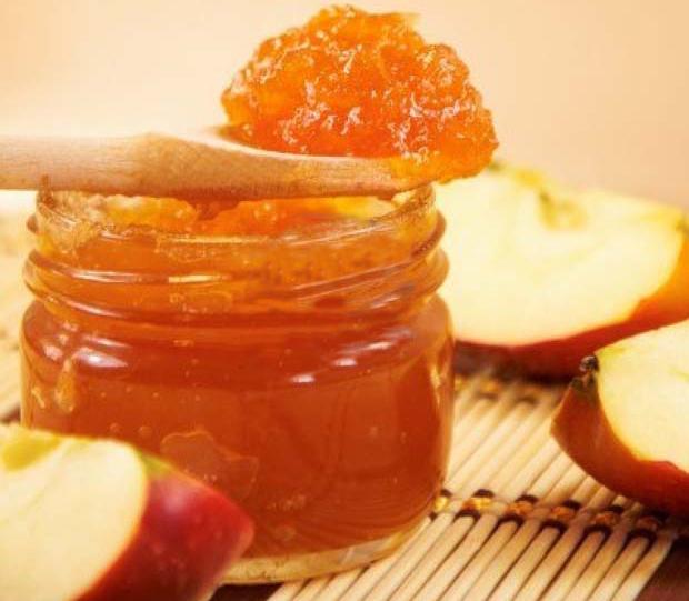 Десерт из яблок с розмарином на ложечке и в банке