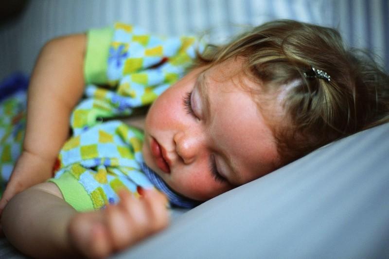 Здоровая, крепко спящая девочка