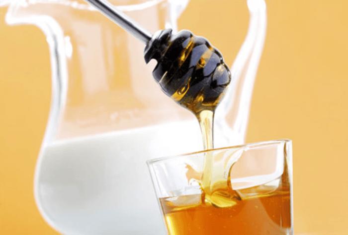 Кувшин с молоком и стакан меда