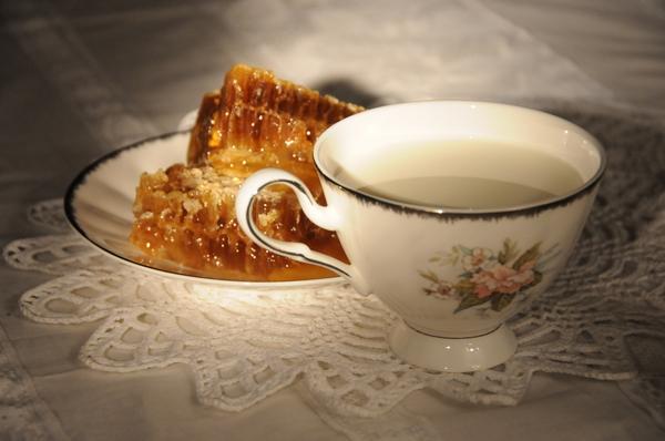 Молоко в чашке и медовые соты