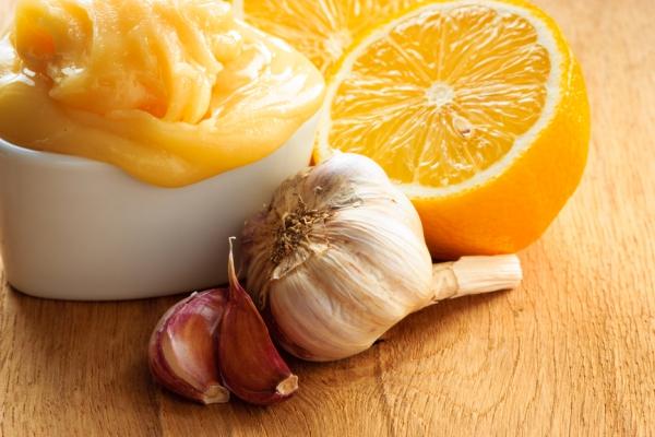 Чеснок, лимон и засахаренный мед в пиале
