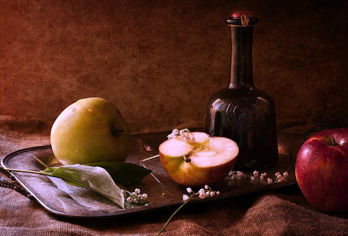 Домашняя яблочная медовуха в графине