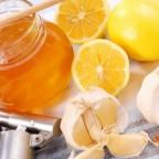 Лимон, мед в банке и чеснок
