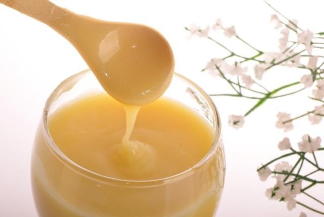 Мёд с маточным молочком в пиале