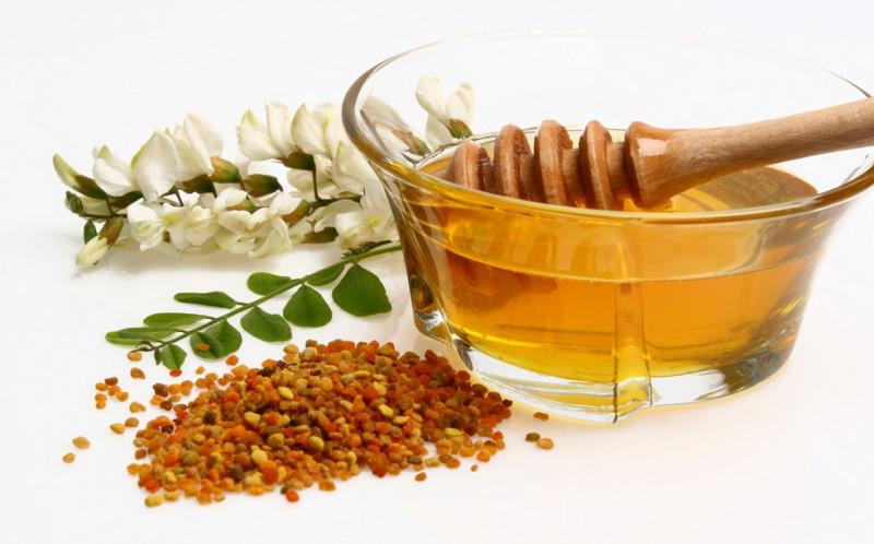 Мед из акации в пиале с ложечкой