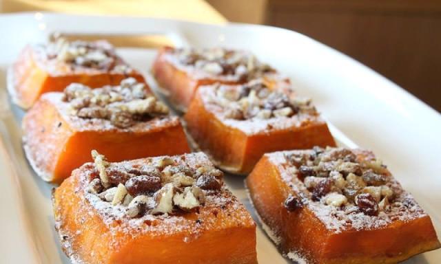 Сладкий десерт с орехами и сахарной пудрой