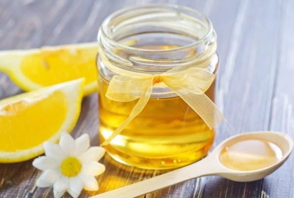 Баночка с медом на столе