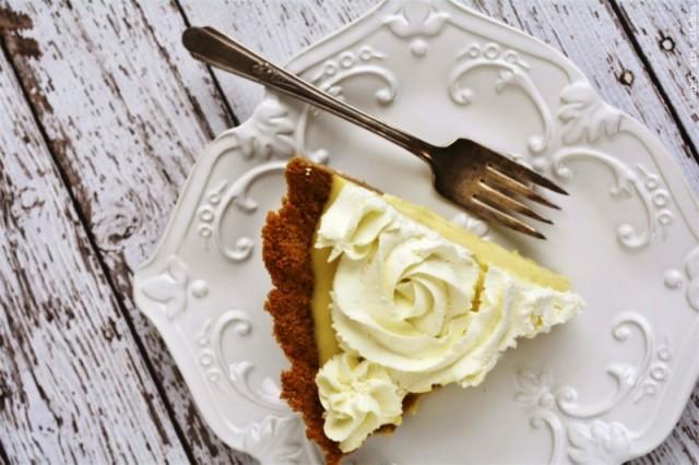 Медовый десерт с украшением из взбитой сметаны