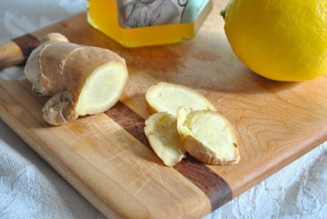 Имбирь с лимоном на деревянной досочке