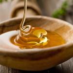 Тягучий мед из цветов в ложке