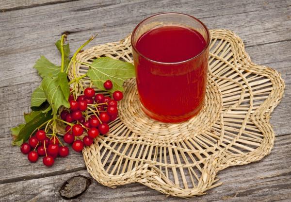 Сок из ягод и нектара в стакане