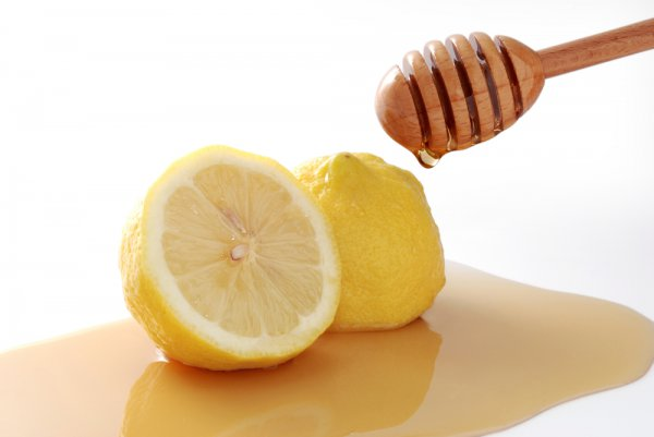 Половинки лимона в меду