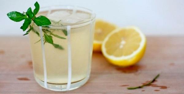 Лимонно-медовый напиток в стакане
