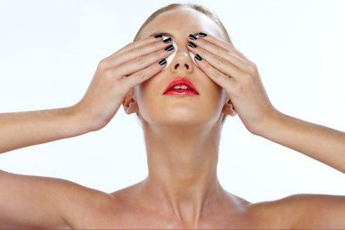 Женщина прикладывает примочки на глаза