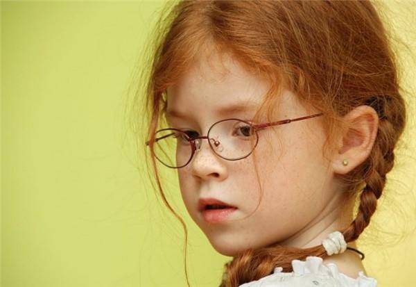 Рыженькая девочка с ослабленным зрением