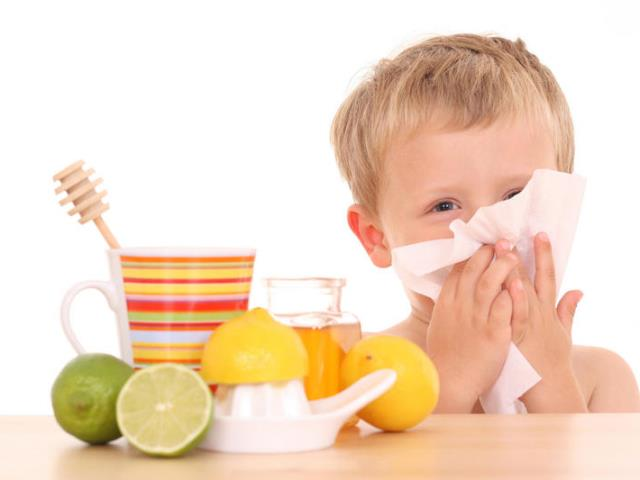 Простуженный ребенок чихает