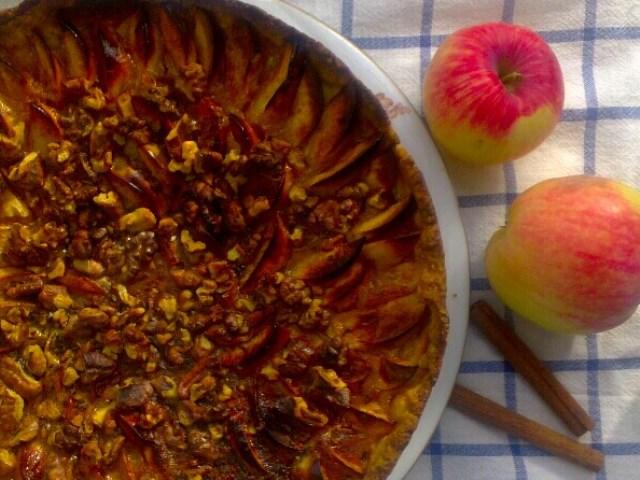 Медовая выпечка с яблоком и корицей