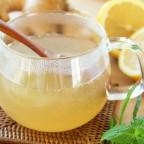 Вода в чашке с медом и лимоном