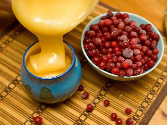Мед подсолнечный и спелые ягоды