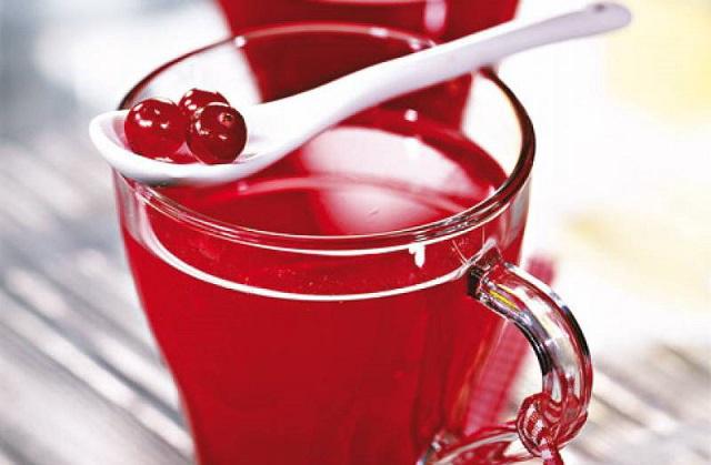 Брусничный сок в стакане