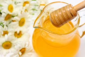 Светлый цветочный мед в кувшине