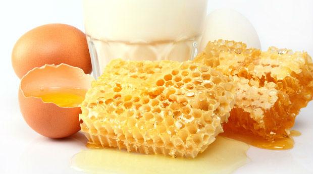 Яйца, молоко и мед в сотах