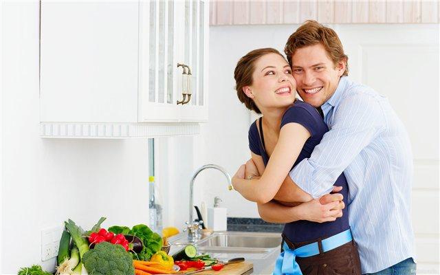 Счастливая пара на кухне