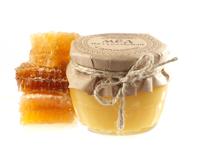 Пчелопродукты на белом фоне