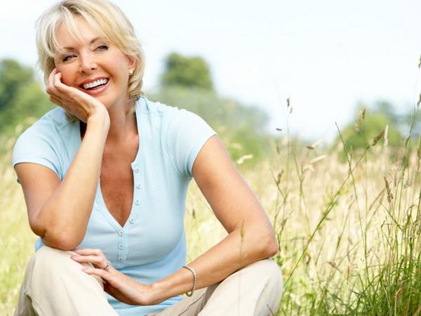 Счастливая женщина на фоне природы