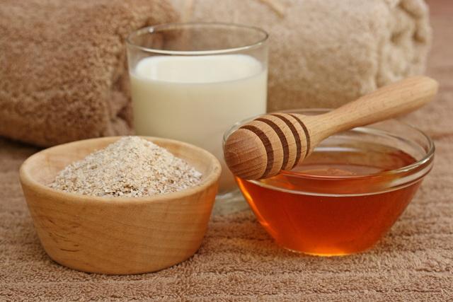 Пчелопродукты и стакан молока