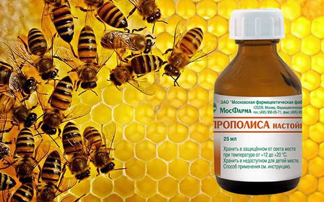 Бутылочка на фоне пчелиных сотов