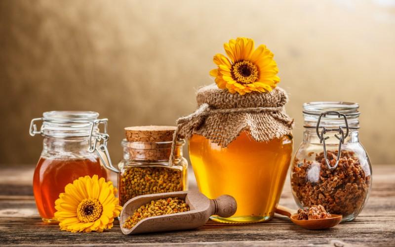 Продукты пчеловодства на столе