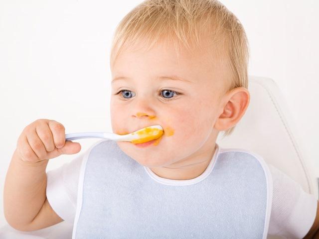 Ребенок есть медовую сладость