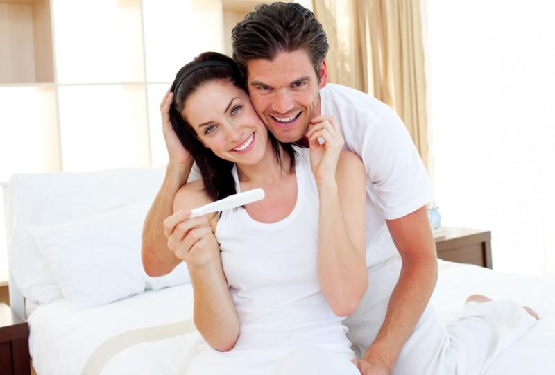 Тест на беременность в руке у девушки