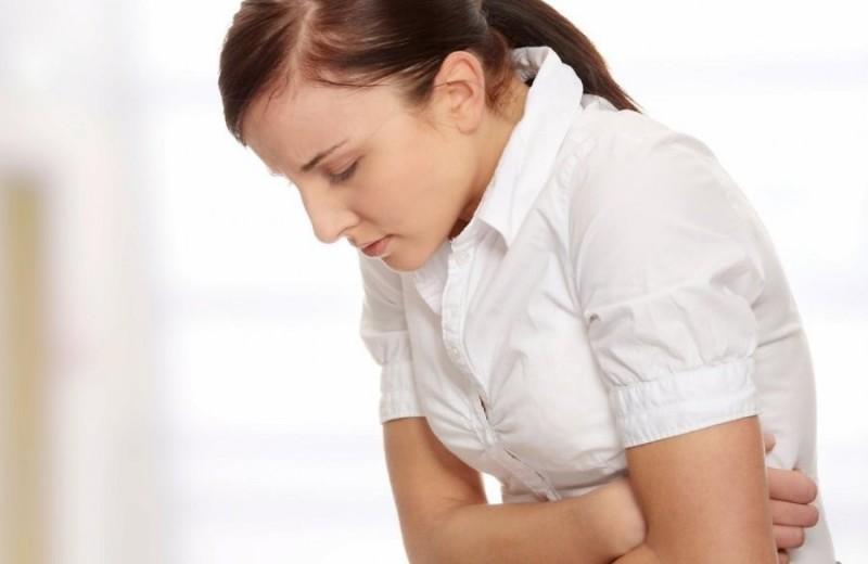 Женщина страдает от боли