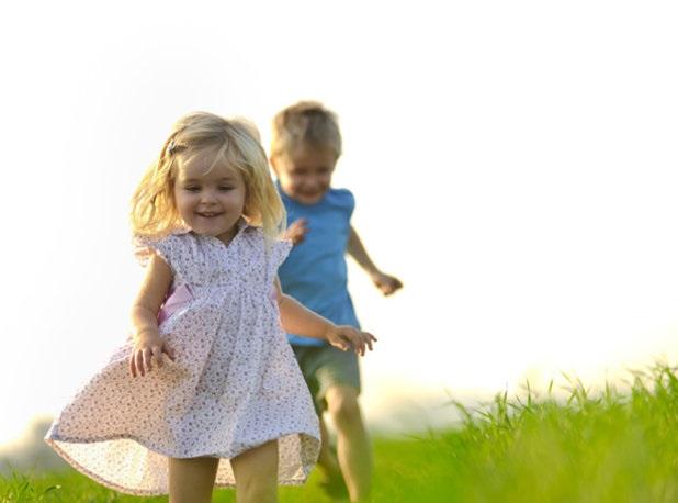 Дети бегут по зеленому лугу