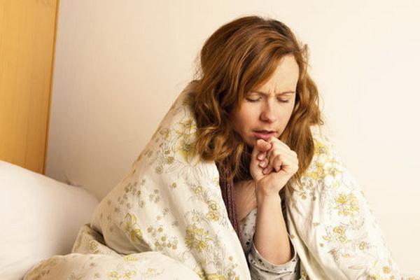 Девушка кашляет и соблюдает постельный режим