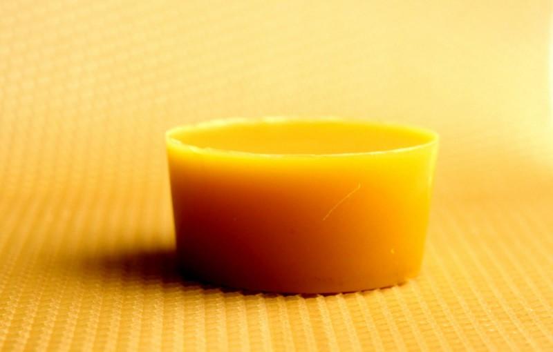 Брусочек воска на желтом фоне