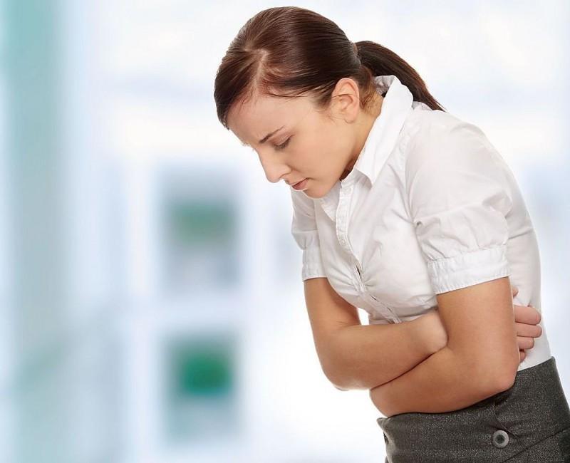Женщина страдает от болей в желудке