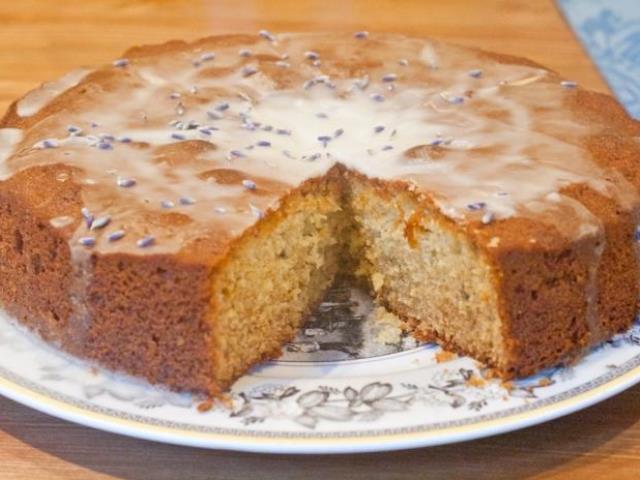 Медовый бисквит, политый сметанным кремом