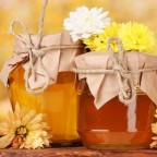 Цветы и мед в баночках