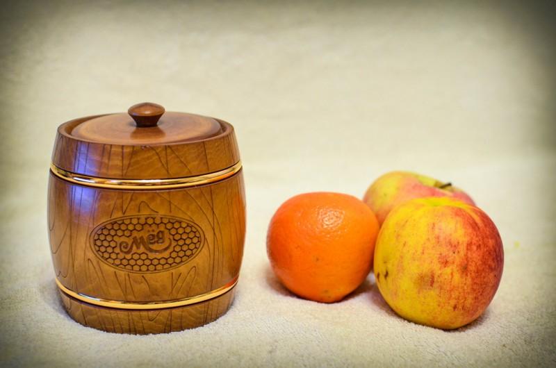 Небольшой деревянный бочонок для меда