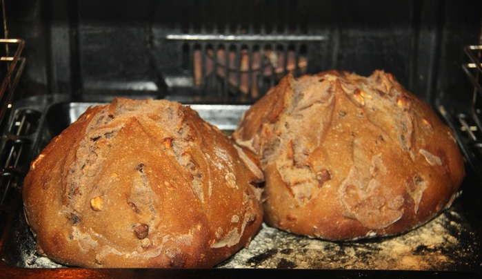Хлеб румянится в духовке