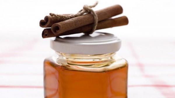 Палочки корицы на баночке с медом