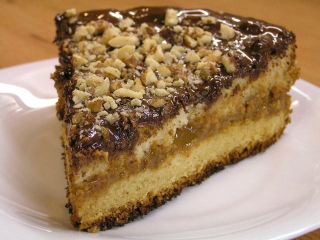 Кусочек медового торта с орехами