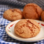 Медово-овсяное печенье на тарелке