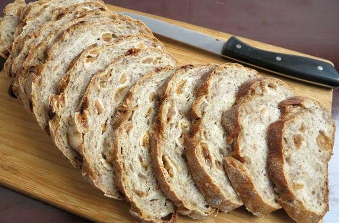 Нарезанный хлеб на досточке