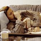 Заболевший мужчина страдает от кашля